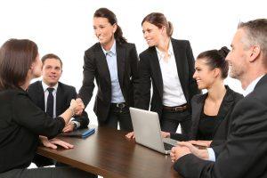 Händeschütteln im Team nach erfolgreicher Verhandlung